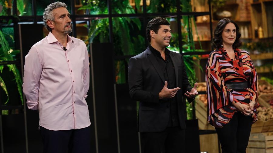 """Os chefs Emmanuel Bassoleil e Felipe Bronze e a jornalista e crítica de gastronomia Ailin Aleixo no reality show """"Top Chef"""", da Record - Antonio Chahestian/Record"""