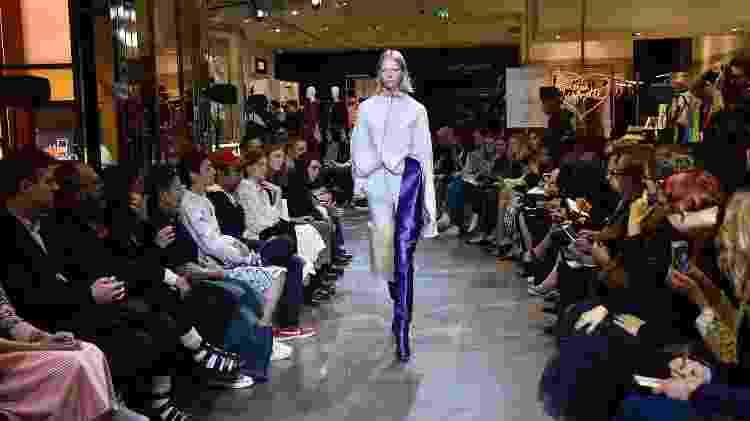 Na temporada Inverno 2016 de alta-costura, a Vetements apresentou suas roupas na luxuosa Galeries Lafayette - Getty Images