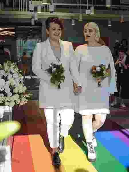 """Jaqueline e Nayda disseram """"sim"""" e assinaram a certidão de casamento na região da Paulista, vestidas de branco e com a família das duas reunidas - Jardiel Carvalho/UOL - Jardiel Carvalho/UOL"""