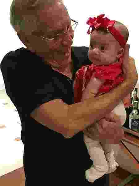 Carlos Alberto de Nóbrega posa com a neta, Emily, após deixar hospital - Reprodução/Instagram/marcelo.denobregaoficial