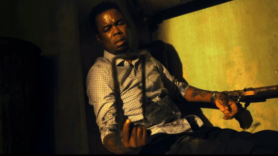 """Chris Rock em cena do trailer de """"Espiral: O Legado de Jogos Mortais"""" - Reprodução/YouTube"""