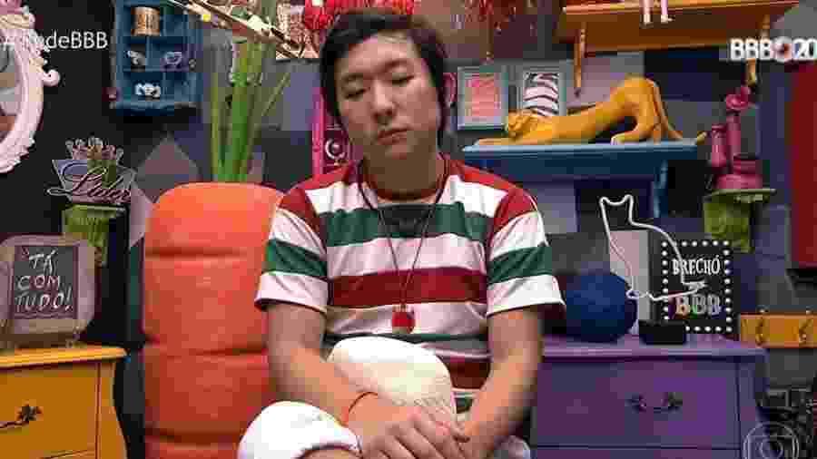 """No confessionário, Pyong ouve a voz do """"BBB"""" avisar: """"Você foi inconveniente com algumas meninas na casa"""" - Reprodução/Globoplay"""