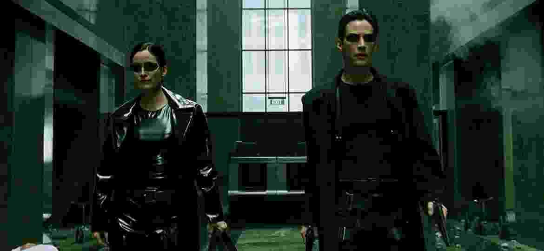 """Trinity (Carrie-Anne Moss) e Neo (Keanu Reeves) em """"Matrix"""" (1999) - Divulgação/IMDb"""