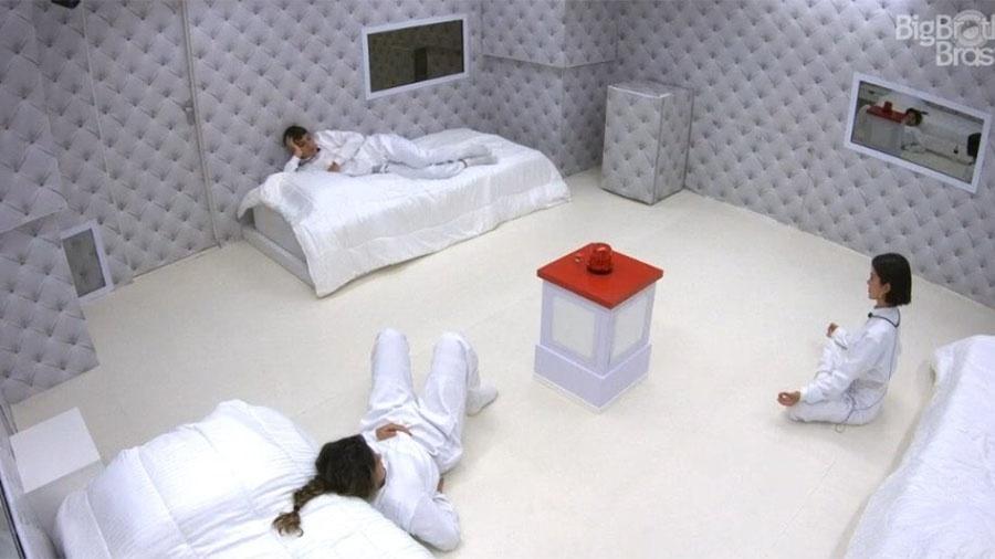 Prior, Gizelly e Manu entram no quarto branco - Reprodução/Globoplay