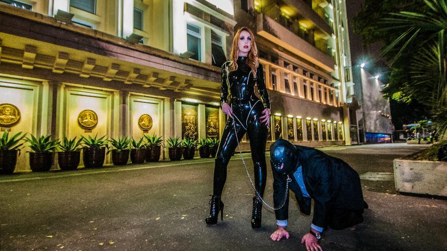 Mistress Charlotte, uma dominatrix, em ação - Carlos Henrique / Divulgação