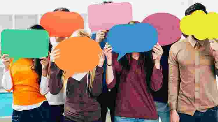 rótulos; pessoas falando; opiniões diferentes - iStock - iStock