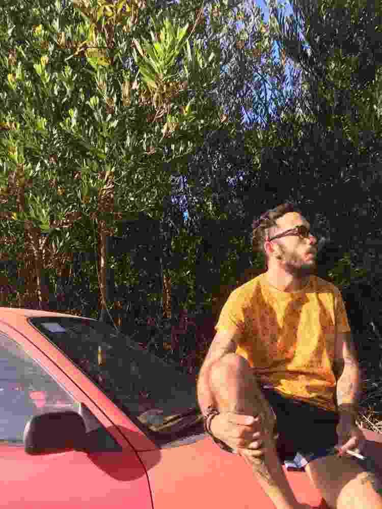 André Mezzomo fuma no Uruguai - Arquivo pessoal - Arquivo pessoal