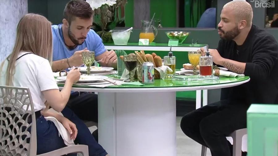 BBB 21: Arthur, Projota e Carla durante almoço do anjo - Reprodução/Globoplay