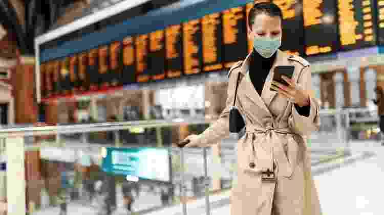 Mulher no aeroporto em época de pandemia - Drazen/Getty Images - Drazen/Getty Images