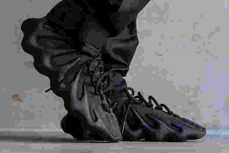 """Além da versão """"Cloud White"""", sneakers também apareceram na cor preta, apresentada como """"Dark Slate"""" - Reprodução - Reprodução"""