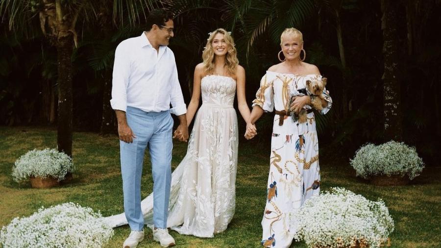 Sasha posa ao lado da mãe, Xuxa e do pai, Luciano Szafir, em seu casamento com João Figueiredo - Reprodução/Instagram