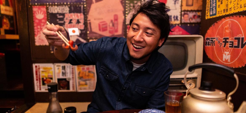 """Leandro Hiroshi Doi, do """"AquiPode"""", em um restaurante Izakaya - Divulgação"""