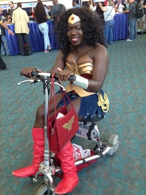 08.jul.2015 - A atriz Jay Justice foi para a Comic Con, em San Diego, na Califórnia, vestida como a Mulher Maravilha