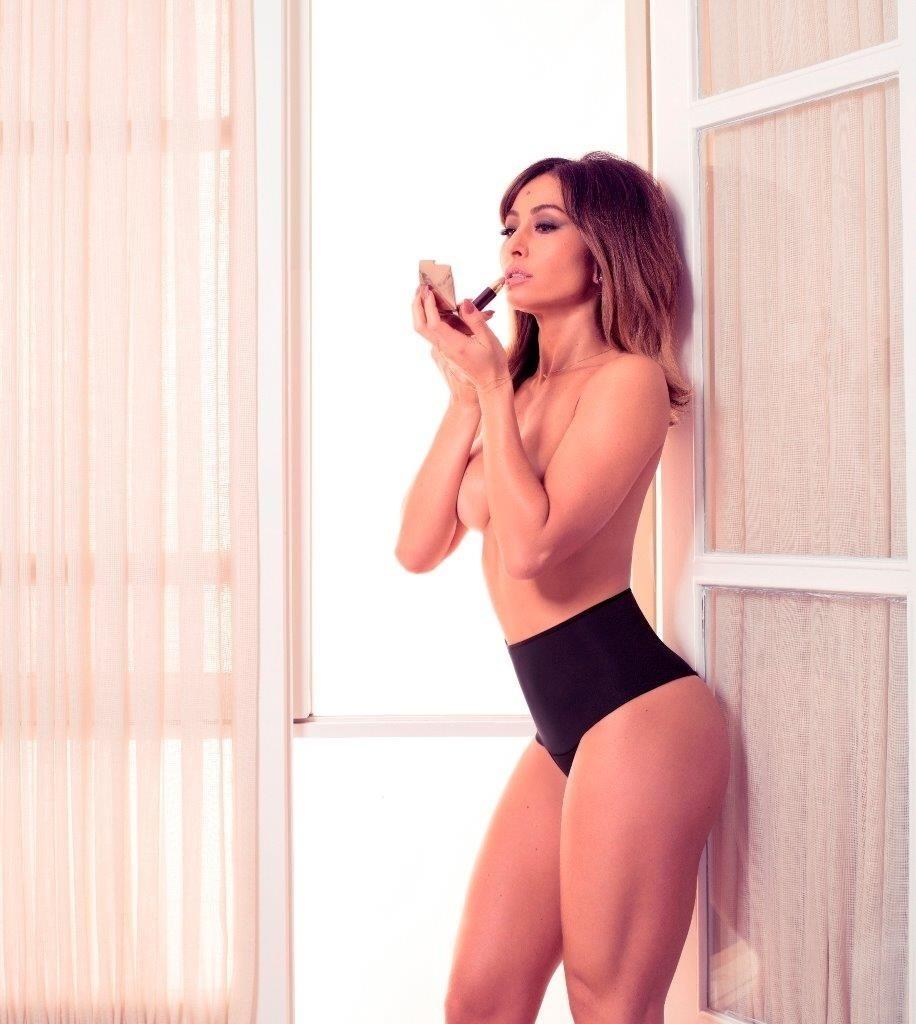 Sabrina Sato esbanjou sensualidade durante a sessão de fotos realizadas em uma casa de praia, localizada no litoral de São Paulo