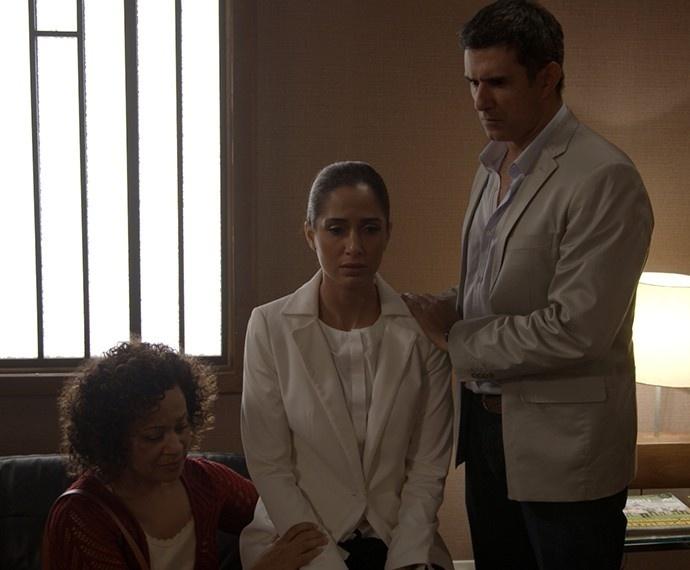 Após ser condenada a cinco anos de prisão, Regina (Camila Pitanga) é consolada pela mãe, Dora (Virgina Rosa), e o namorado, Carlos Alberto (Marcos Pasquim), em
