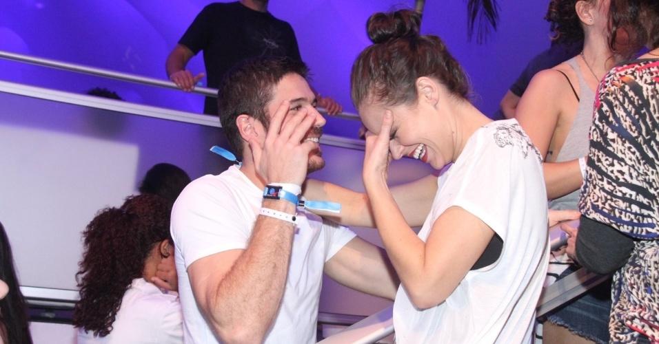 20.set.2015 - Marco Pigozzi e Paolla Oliveira dão risada enquanto conversam em camarote