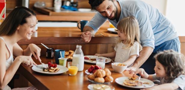 Os pais precisam dar exemplo, fazendo com que o café da manhã seja um hábito - Getty Images