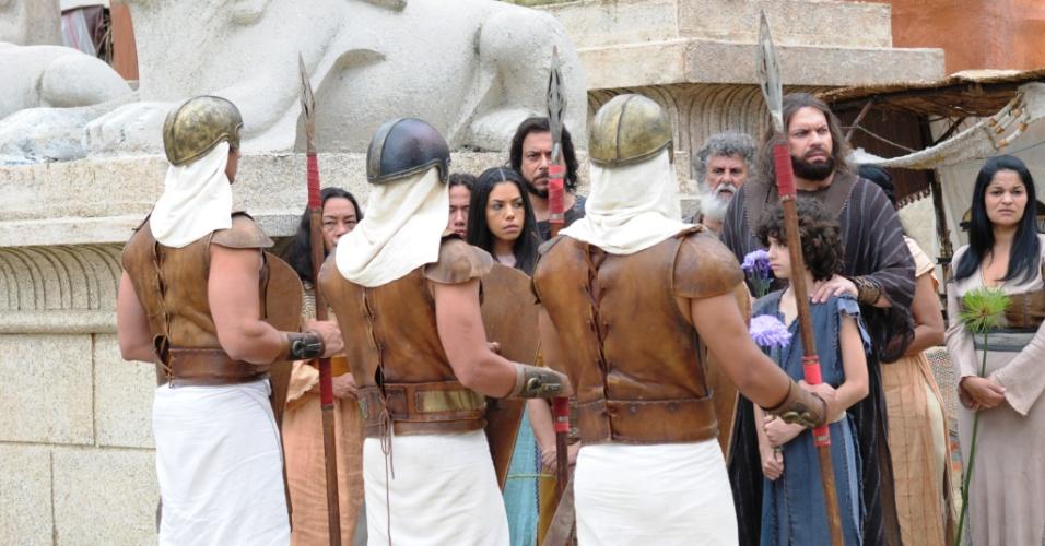Hebreus e egípcios acompanham o cortejo do sepultamento da princesa Henutmire (Vera Zimmermann) pelas ruas da cidade para se despedirem