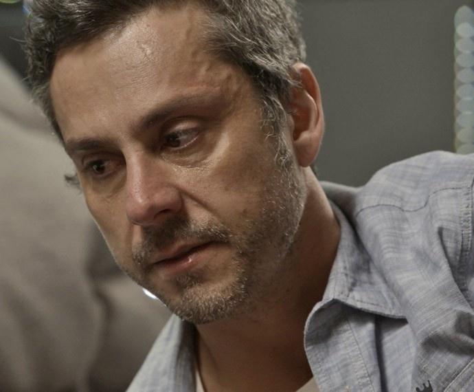 Sem saber que Atena (Giovanna Antonelli) será poupada pela facção justamente por se negar a matá-lo, Romero Rômulo (Alexandre Nero) chora sua morte