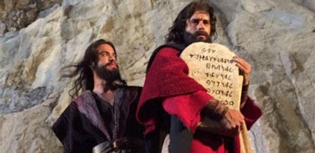 """Moisés desce o Monte Sinai com as tábuas de Deus no último capítulo de """"Os Dez Mandamentos"""" - Divulgação/Record"""