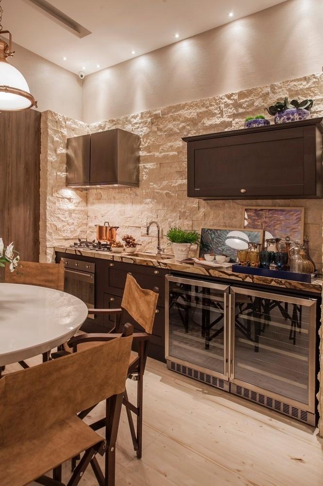Na Casa de Praia, a cozinha integrada à sala de jantar tem visual