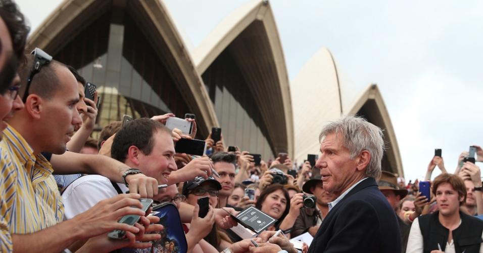 10.dez.2015 - O ator Harrison Ford atende fãs de