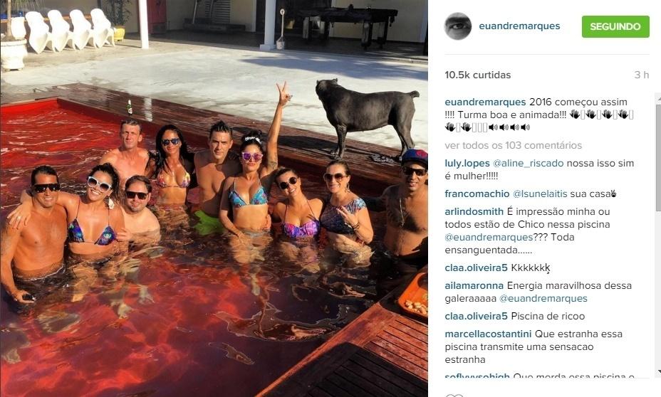 2.jan.2016 - André Marques e Aline Riscado curtiram com amigos a tarde de sol neste sábado.