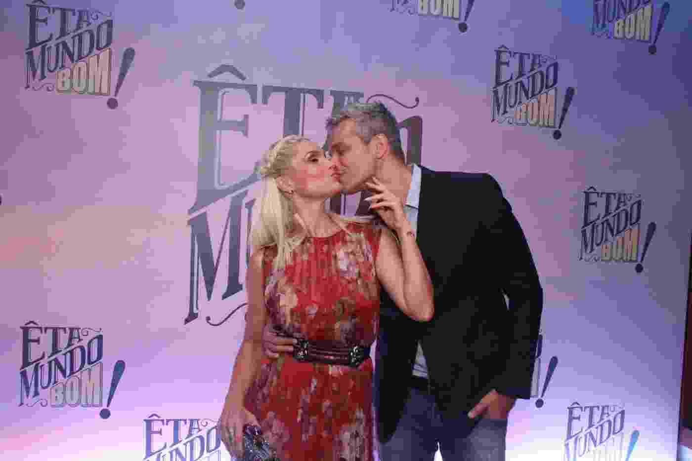 """Flávia Alessandra ganha beijo do marido, Otaviano Costa, na festa de lançamento de """"Êta Mundo Bom"""" - Thyago Andrade/Brazil News"""