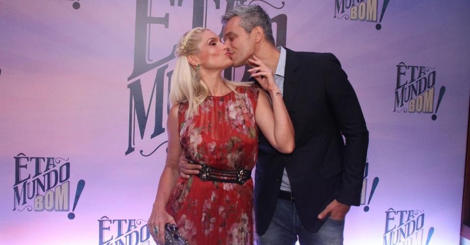 Flávia Alessandra ganha beijo do marido, Otaviano Costa, na festa de lançamento de