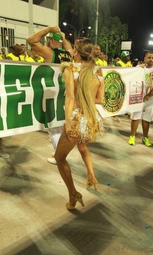 10.jan.2016 - Rainha da Mocidade Independente de Padre Miguel, Claudia Leitte samba em frente à bateria durante ensaio técnico