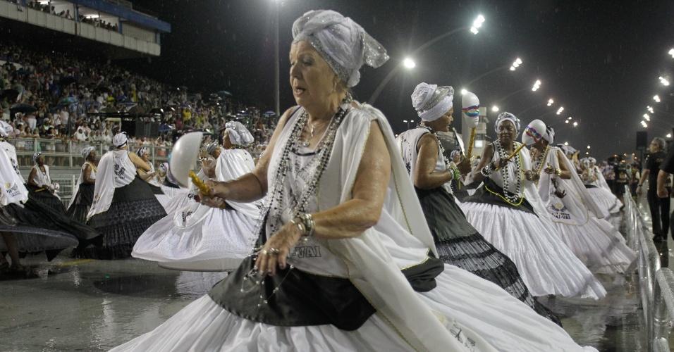 9.jan.2016 - Ala das baianas da Vai-Vai durante ensaio técnico para o Carnaval 2016, no sambódromo do Anhembi