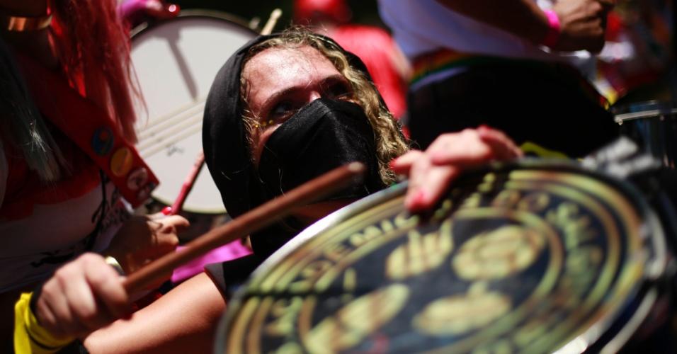 23.jan.2015 - A ritmista não ficou de fora da diversão e também usou uma fantasia criativa no Bloco carioca Desliga da Justiça: ninja
