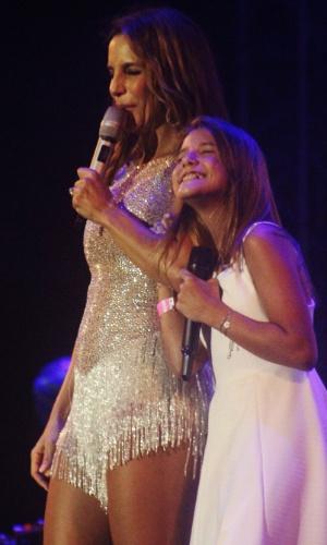 "23.jan.2016 - A cantora Ivete Sangalo e a participante do ""The Voice Kids"" Giulia Nassa durante o CarnaUOL no Urban Stage"