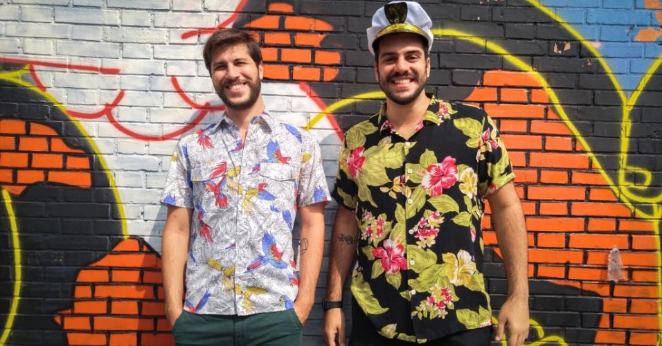 23.jan.2016 - Looks coloridos com acessórios bem-humorados foram escolhidos por alguns dos homens que compareceram ao CarnaUOL, no Urban Stage, em São Paulo.