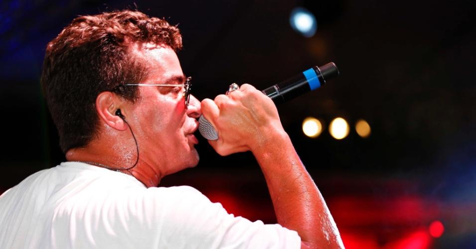 """5.fev.2015 - Thiago Martins se apresenta no palco do CarnaUOL e  sacode o público com um repertório variado desde sertanejo, Jota Quest até o sucesso """"Bang"""",  de Anitta"""