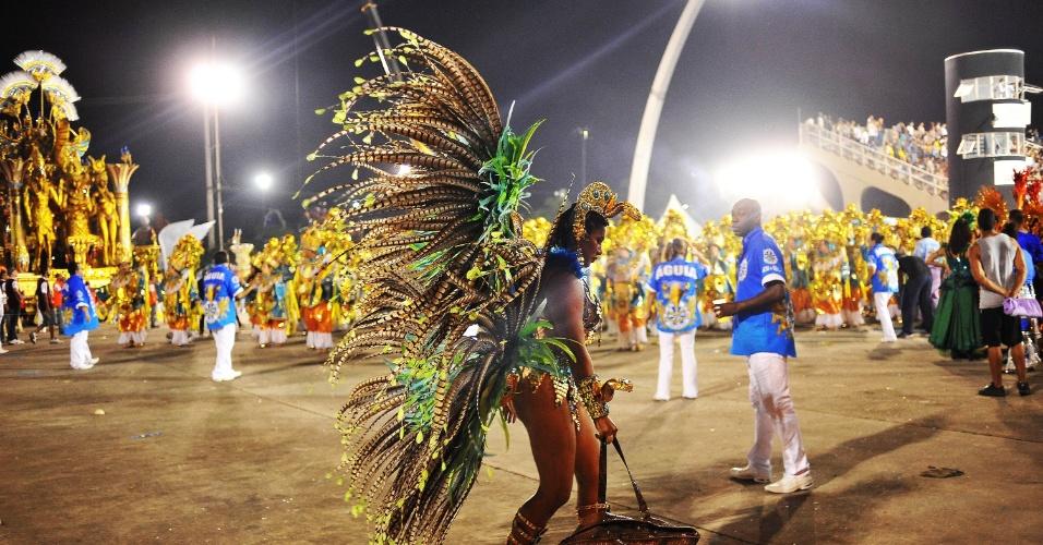 6.fev.2016 - Musa da Águia de Ouro carrega bolsa antes de entrar na avenida na primeira noite de desfiles em São Paulo