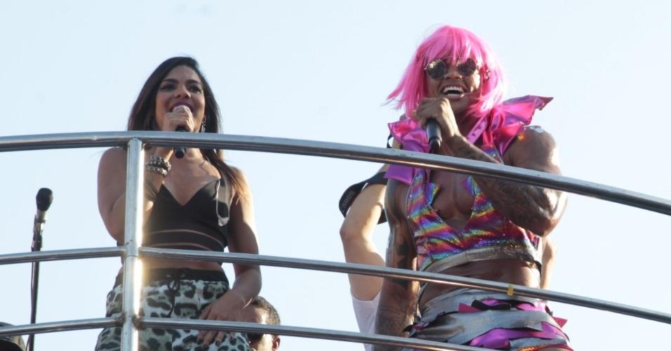9.fev.2016 - Com o tema Spice Girls, bloco As Muquiranas é animado por Léo Santana e Thays Reis no circuito Campo Grande em Salvador