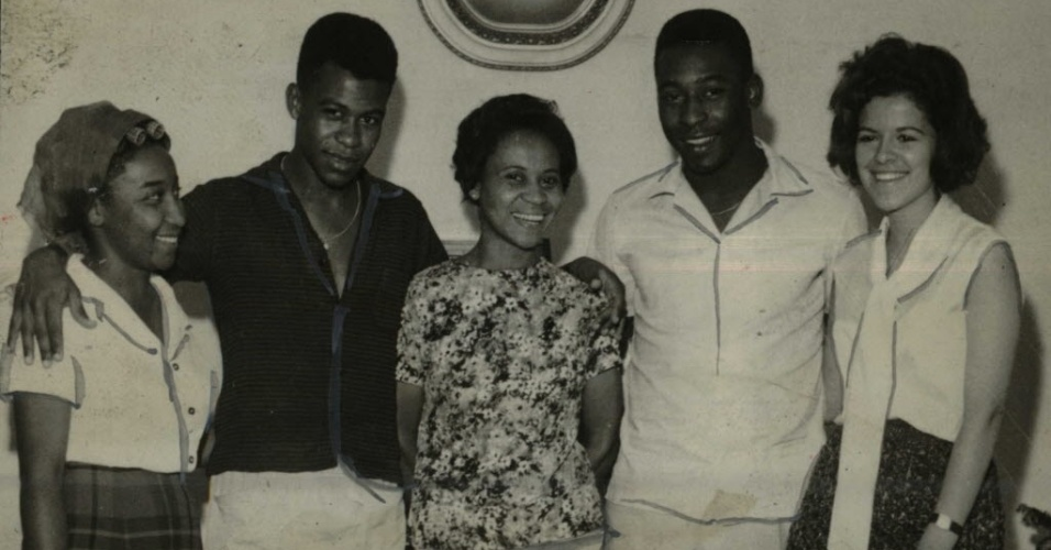 Edson Arantes do Nascimento, o Pelé, em foto ao lado dos irmãos, Maria Lúcia e Zoca (de preto), e sua mãe, Dona Celeste