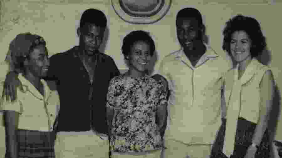 Edson Arantes do Nascimento, o Pelé, em foto ao lado dos irmãos, Maria Lúcia e Zoca (de preto), e sua mãe, Dona Celeste - Acervo UH/Folhapress