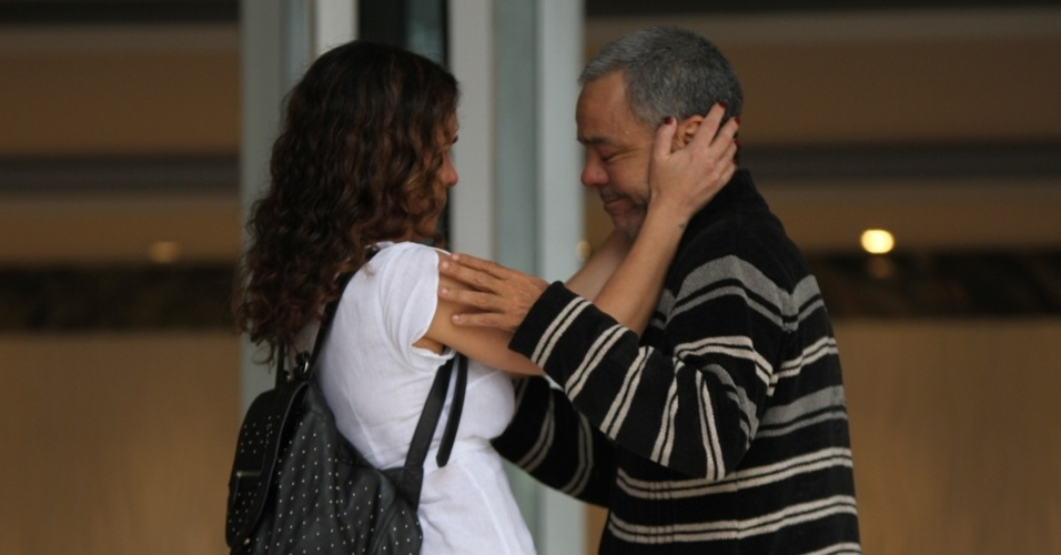 17.set.2016 - Fernando Sampaio, amigo e sócio de Domingos Montagner, é consolado no velório do ator na manhã deste sábado no Teatro Fernando Torres