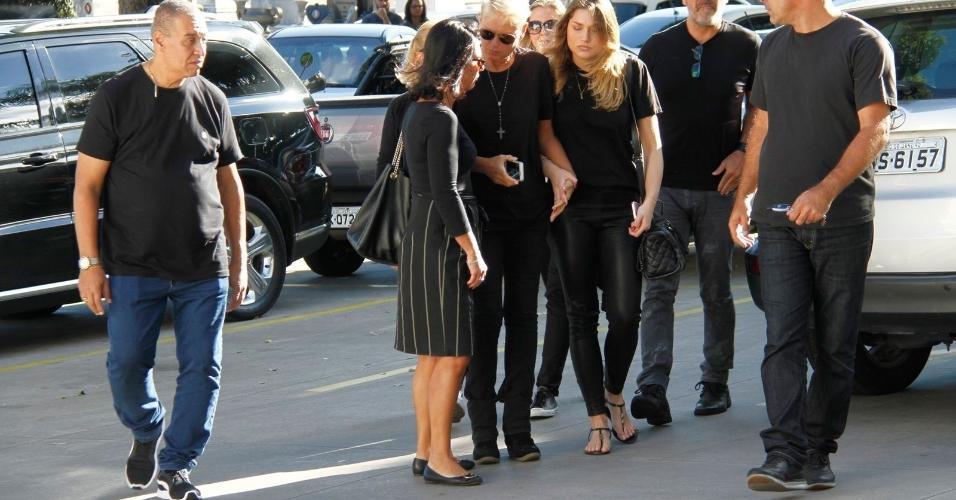 Xuxa chega ao velório do pai, Luiz Floriano Meneghel, no Memorial do Carmo, no bairro do Caju