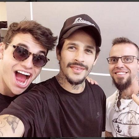 Antes de começar a tatuagem, Rafinha postou uma foto ao lado do gêmeo Antônio Rafaski e do tatuador Fernando Bacon - Reprodução/Instagram/@rafinhadiz