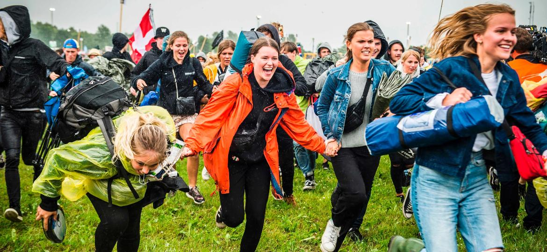 No sábado, o público correu para conseguir um lugar no camping do Festival de Roskilde, na Dinamarca - Ida Marie Odgaard/AFP Photo