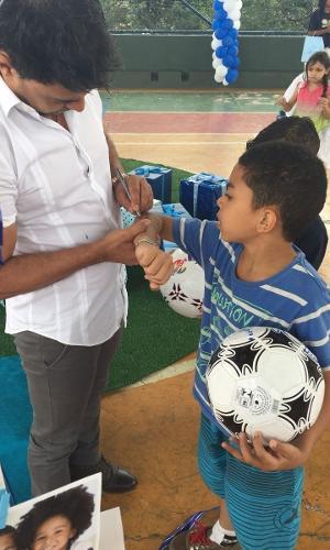 Zezé Di Camargo interage com as crianças da Casa de Zezinho em uma ação de Natal