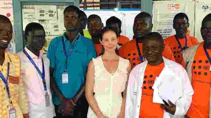 Ashley ao lado de médicos em visita a maternidade de Juba - Reprodução/Instagram/ashley_judd