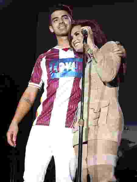 Joe Jonas abraça Demi Lovato durante show conjunto em setembro de 2016 - Jonathan Leibson/Getty Images for Marriott