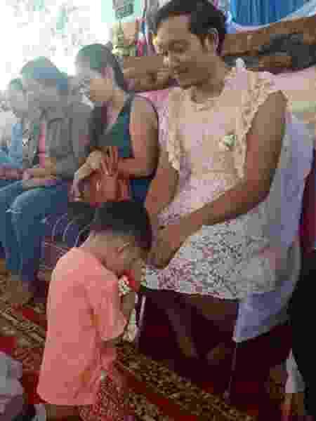 Na cerimônia tailandesa de celebração da data, as crianças se ajoelham frente às mães e agradecem por tudo o que fazem por elas - Reprodução/Facebook - Reprodução/Facebook