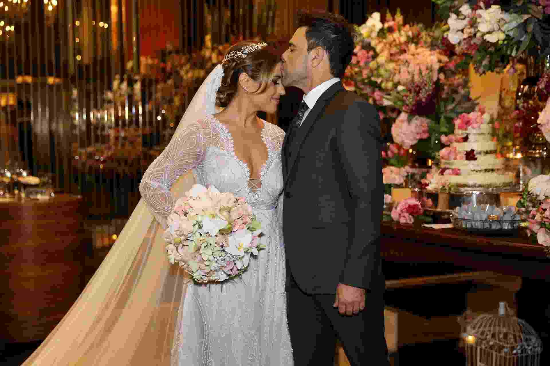 Zezé di Camargo entra com filha em cerimônia de casamento - Manuela Scarpa/Brazil News