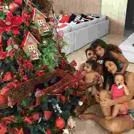 Ivete Sangalo posa ao lado da família aos pés da árvore de Natal nesta terça-feira (25) - Reprodução/Instagram/@ivetesangalo