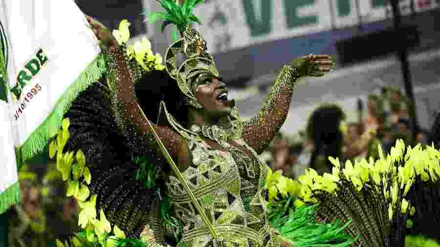 Porta-bandeira desfila com a Mancha Verde no Desfile das Campeões, em São Paulo, em 2019 - Mariana Pekin/UOL